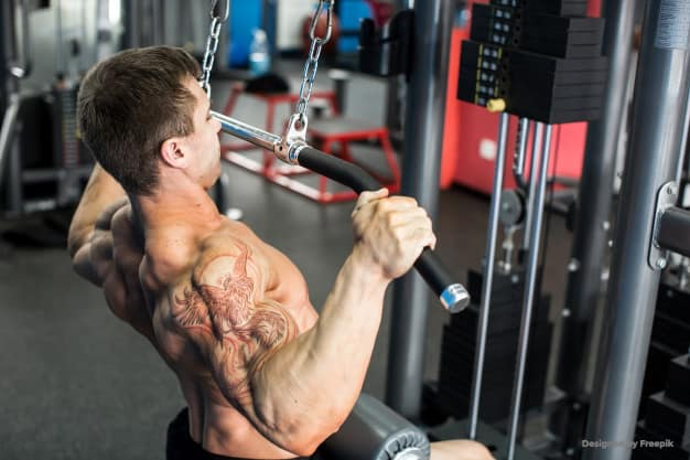 Fit man using LAT pulldown